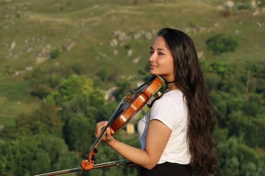 (foto) Oamenii La La Play. Cunoaște-o pe Alison Lie, viorista care a venit din Viena să descopere Moldova