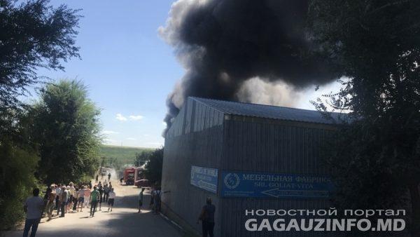 (foto, video) Incendiu la Comrat. O fabrică de mobilă din UTA Găgăuzia a luat foc