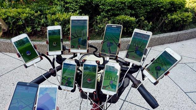 (foto) Un bărbat de 70 de ani din Taiwan prinde Pokemonii cu ajutorul a 11 telefoane simultan timp de 20 de ore pe zi