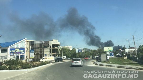 (foto) Flăcările au distrus circa 1000 m2 din depozit. Totalizările incendiului de la Comrat