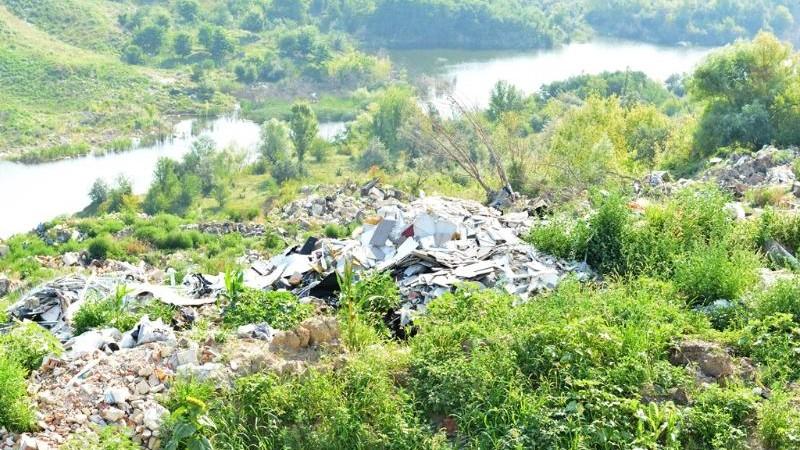 (foto) O gunoiște neautorizată a fost creată la periferia oraşului Chişinău, direct pe malul râului Bâc