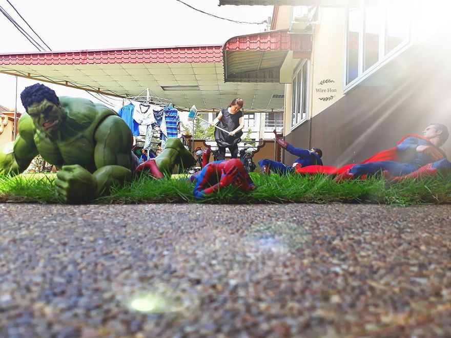 With-just-one-smartphone-man-makes-incredible-pictures-of-him-with-toy-superheroes-using-perspective-5b87a822ac34e__880