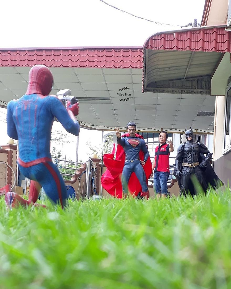 With-just-one-smartphone-man-makes-incredible-pictures-of-him-with-toy-superheroes-using-perspective-5b87a8300ab5a__880