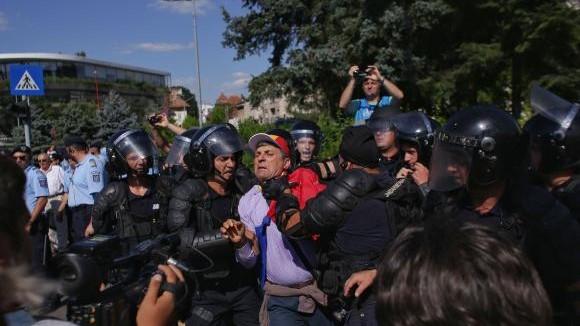 (live video) Diaspora română protestează împotriva guvernării. Jandarmii au folosit gazele lacrimogene