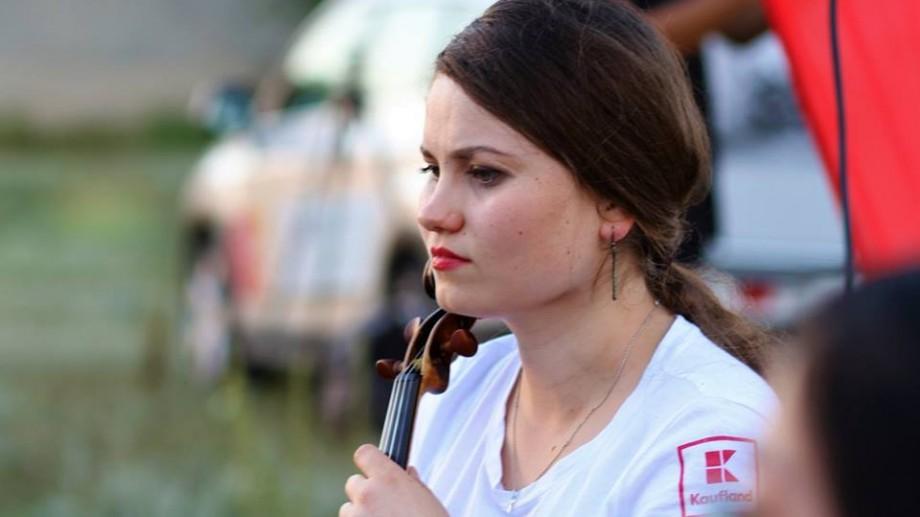 """(foto) Oamenii La La Play. Violonista Lia Rusu: """"În muzică nu contează genul, vârsta sau apartenența etnică"""""""
