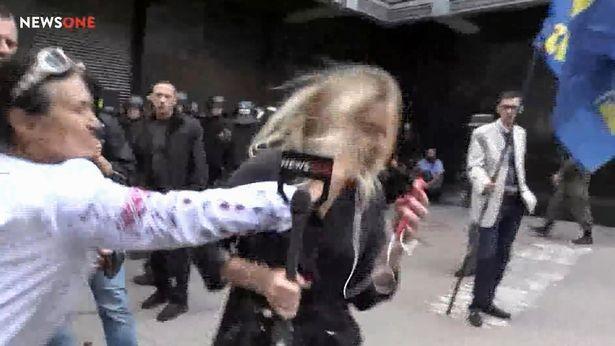 """(video) """"Sunt nevoită să întrerup live-ul din motive de securitate"""". O jurnalistă din Ucraina a fost lovită cu pumnii în față în timp ce era într-o transmisiune live"""