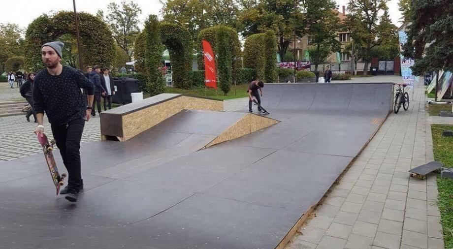 (doc, foto) Terenul de skateboard din Chișinău ar putea fi demontat, iar tinerii skateboardiști alungați. Ce spun inițiatorii skatepark-ului