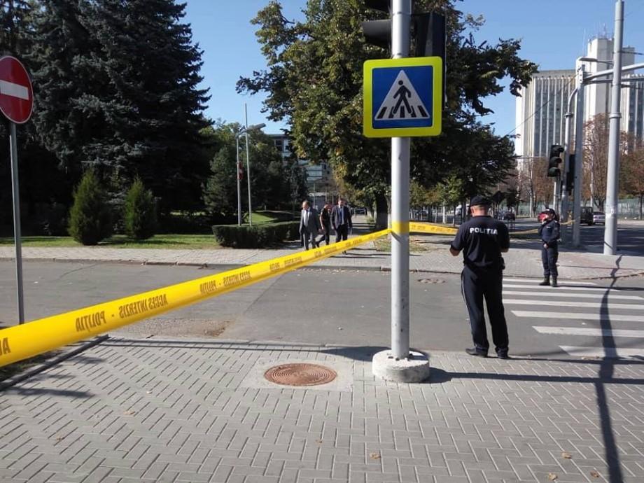 (foto) Alertă cu bombă la Parlament. Legislativul, înconjurat cu panglică galbenă