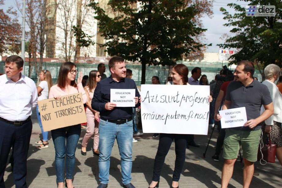 """(foto, video) """"Profesorii turci au avut o atitudine mai blândă, decât școala sovietică"""". Un grup de susținători ai cetățenilor turci au protestat în fața Parlamentului"""