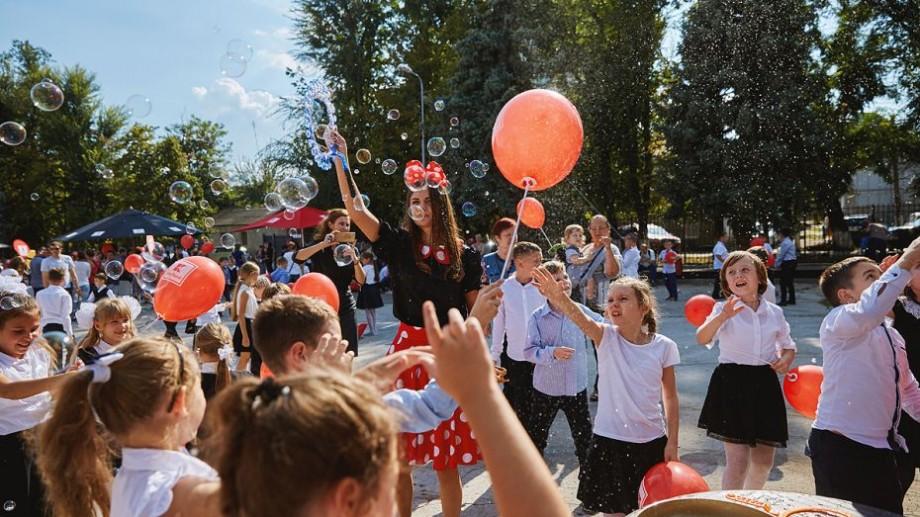 """(video, foto) Distracție și voie bună! Motivul pentru care Kaufland a organizat o petrecere copiilor de la Liceul """"Kiril și Metodii"""""""