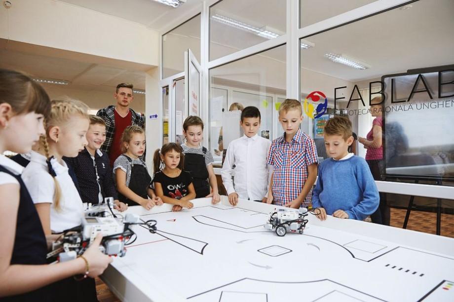 (foto) Prin creativitate și inovație spre performanță în educație. Elevii din satul Pîrlița explorează industria roboților și antreprenoriatului