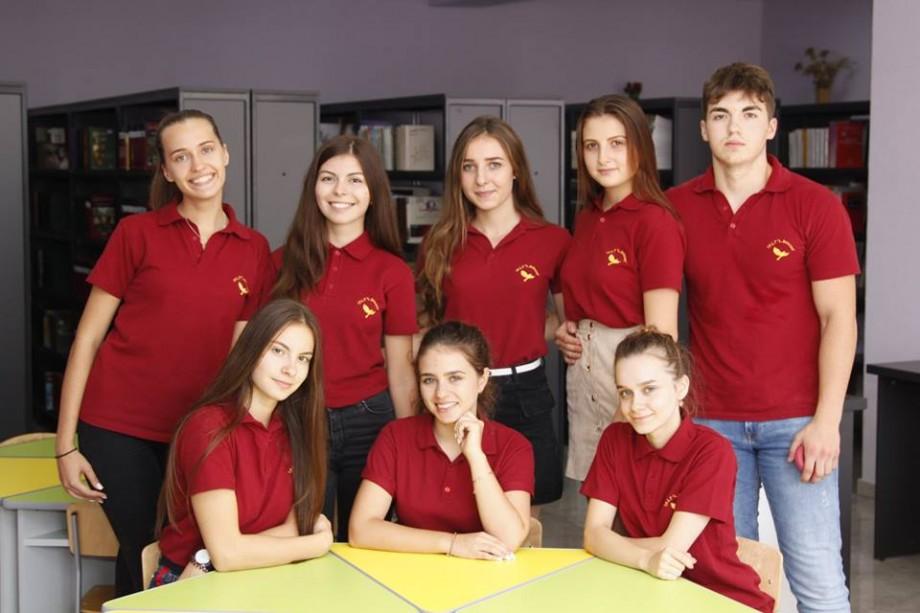 """(foto) Cum arată noile uniformele școlare ale elevilor liceului """"Liviu Deleanu"""" din Chișinău"""