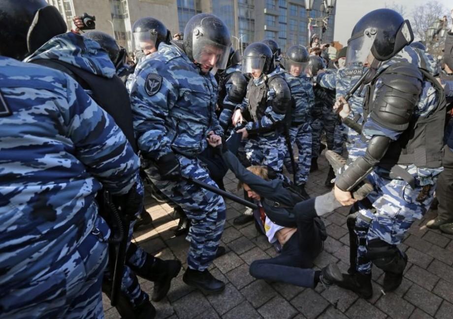 Peste 1000 participanți la protestele organizate împotriva creşterii vârstei de pensionare au fost reținuți în Rusia