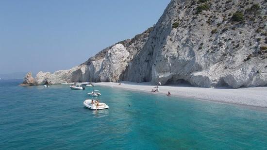 Turiștii care vor lua pietre acasă de pe insula grecească Skiathos se vor alege cu o amendă de o mie de euro