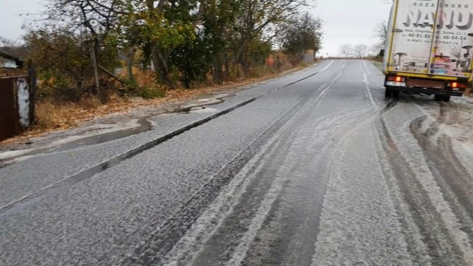 (video) În Moldova au căzut primii fulgi de nea. În raionul Telenești șoseaua a fost acoperită cu un strat de zăpadă