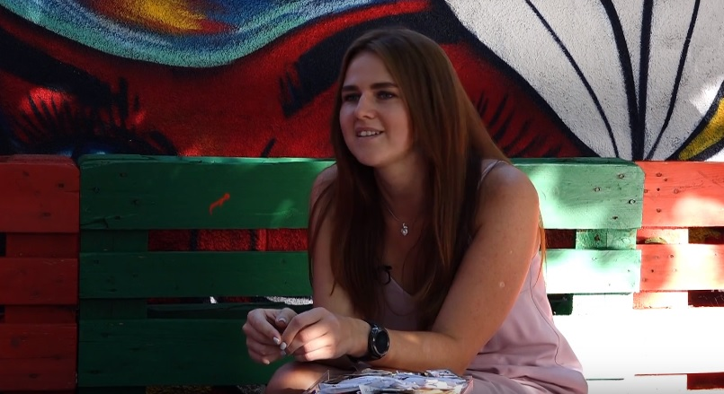 (video) Pasiunea dulce a Carolinei Cotelea. Cunoaște tânăra care are o colecție de peste 1500 de pachețele de zahăr din întreaga lume