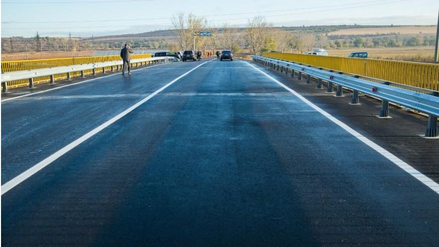 (foto) Podul din Anenii Noi, care trece peste râul Bâc, a fost reparat. Acesta va asigura accesul oamenilor în 12 localități