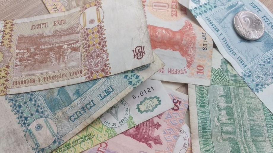 Moldova va renunța treptat la bancnotele de hârtie. Noii lei moldovenești vor fi tipăriți pe material similar cu cei românești