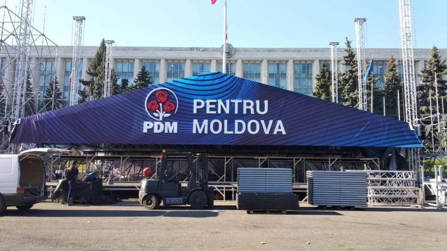 """(foto) În timp ce unele străzi din centrul Chișinăului sunt închise, în PMAN se instalează scena """"PDM pentru Moldova"""""""