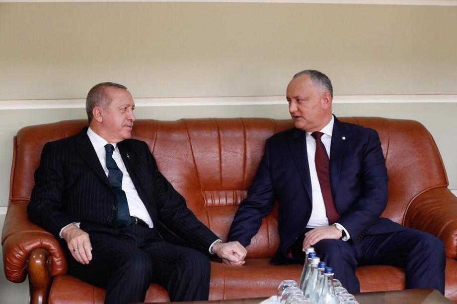(foto) Cele mai tradiționale meme-uri cu ținerea de mână a lui Erdogan și Dodon