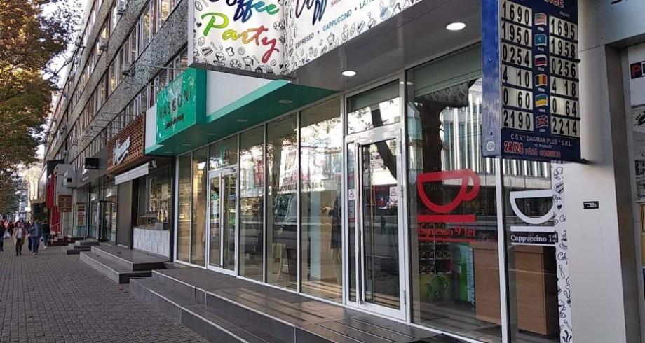 """(foto) """"Inventariere și probleme tehnice"""". Ce au invocat agenții economici pe vitrinele magazinelor de pe strada Pușkin"""