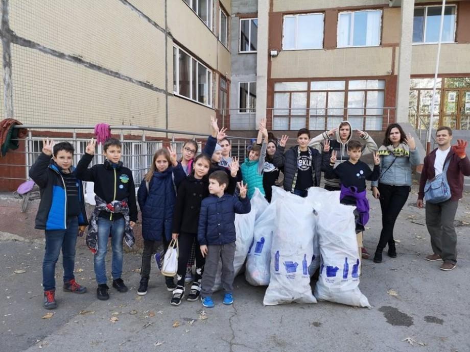"""(foto) Viitorul mai curat Acasă, împreună cu """"Hai, Moldova!"""". Zeci de copii și tineri au participat la o acțiune de salubrizare"""