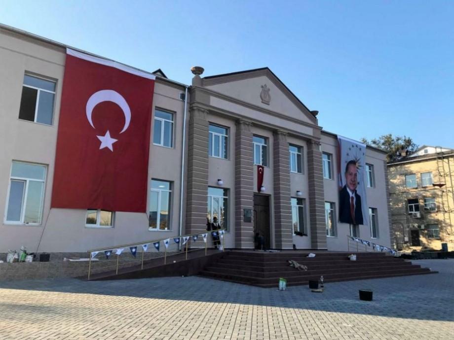 (foto) În Comrat, Erdogan este așteptat cu portretul său pe clădiri și mesaje de salut