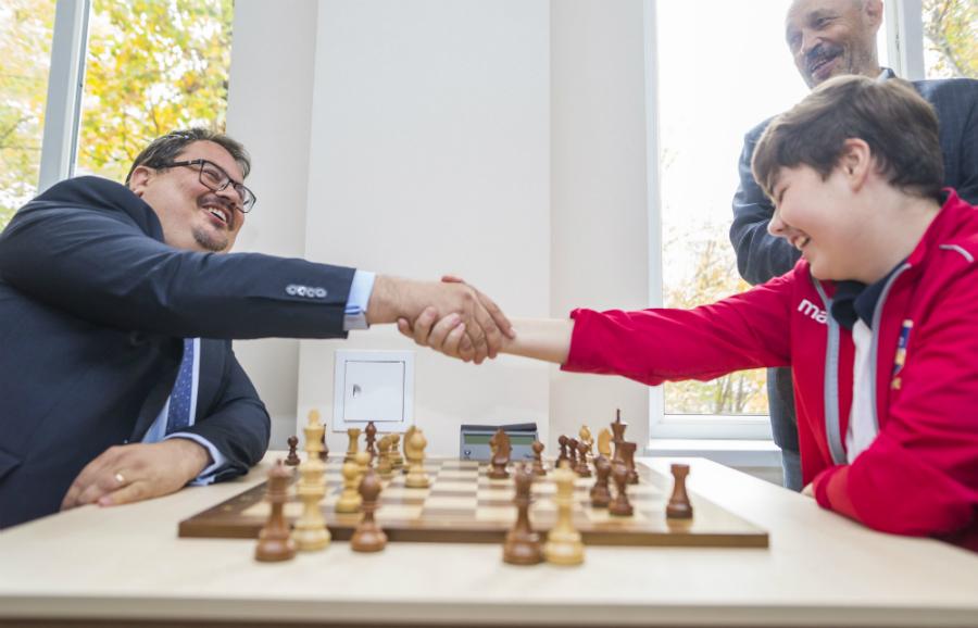 Ambasadorul UE Peter Michalko a nucat o partida de sah cu Ilia Matrinovici, campion european 2015