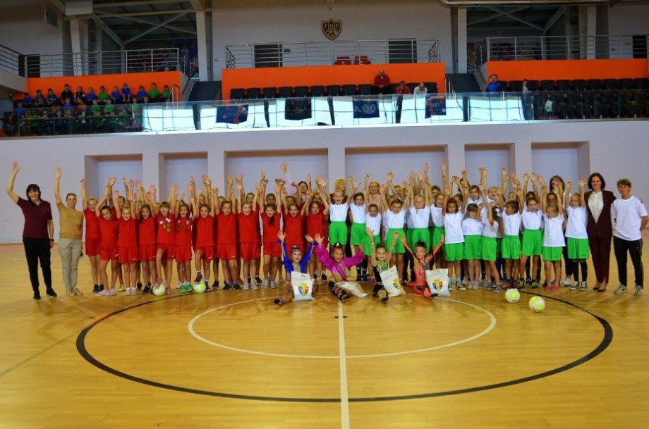 """(foto, video) Mult fotbal, dansuri și voie bună. Cum s-a sărbătorit """"Ziua Internațională a Fetelor"""" la Futsal Arena"""