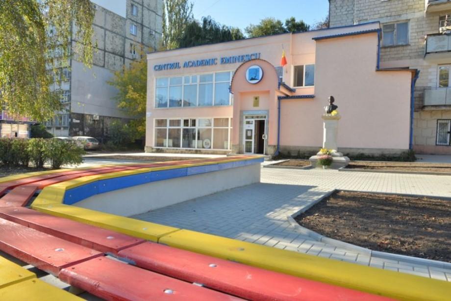 """(foto) Scuarul din preajma Centrului Academic Internaţional """"Eminescu"""" a fost inaugurat. Cum arată acesta"""