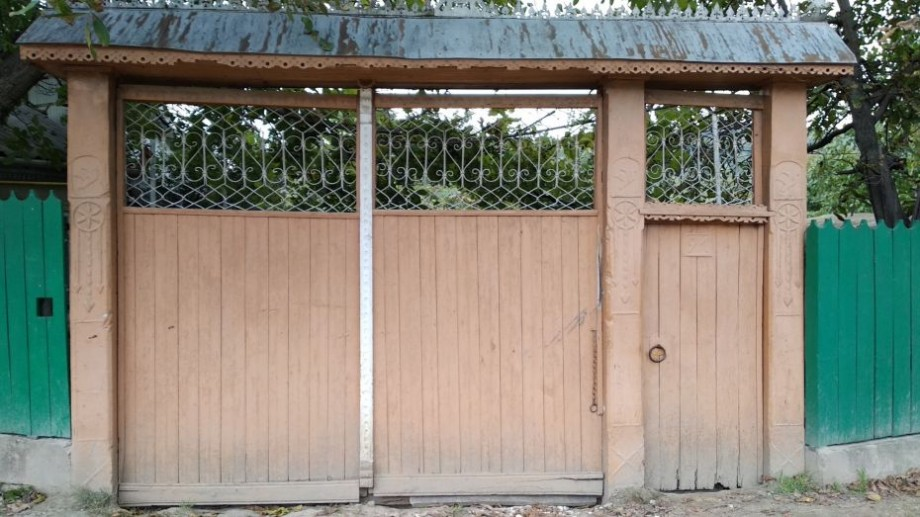 (foto) Înapoi în copilărie. Cum arată porțile caselor din comuna Lozova