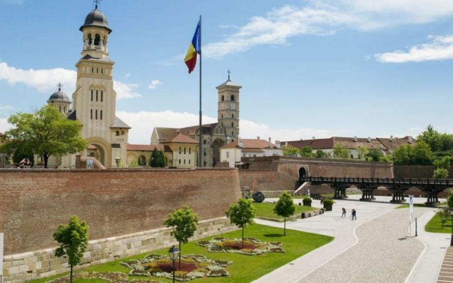 """Ești pasionat/ă de pictură și vrei să descoperi România? Înscrie-te la proiectul """"Arta ne reUNEȘTE la Alba Iulia!''"""