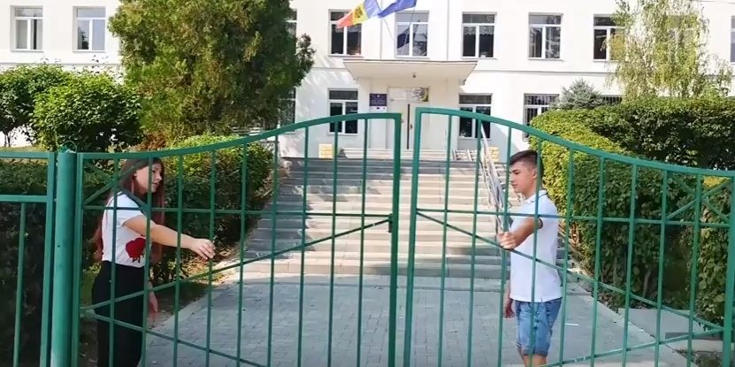 (video) Curte avariată și lipsa coșurilor de gunoi. Elevii din Bubuieci au identificat neajunsurile liceului unde învață