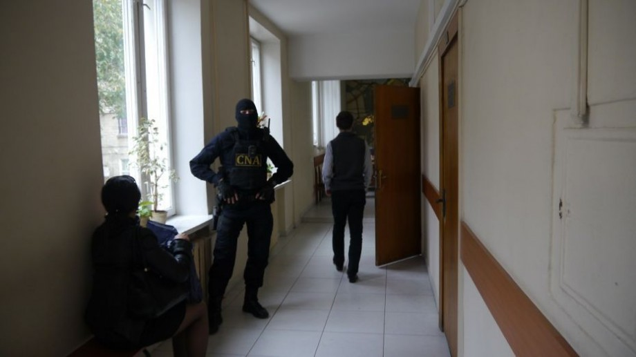 (foto) Update: 17 persoane de la Primărie au fost reținute de CNA. Sunt vizate într-un dosar de corupție
