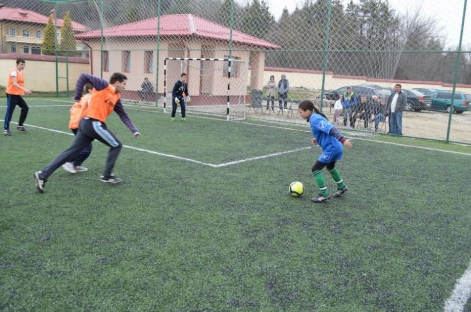 (foto) În sectorul Rîșcani a fost amenajat un nou teren de minifotbal. Complexul sportiv a costat primăria 150 de mii de lei