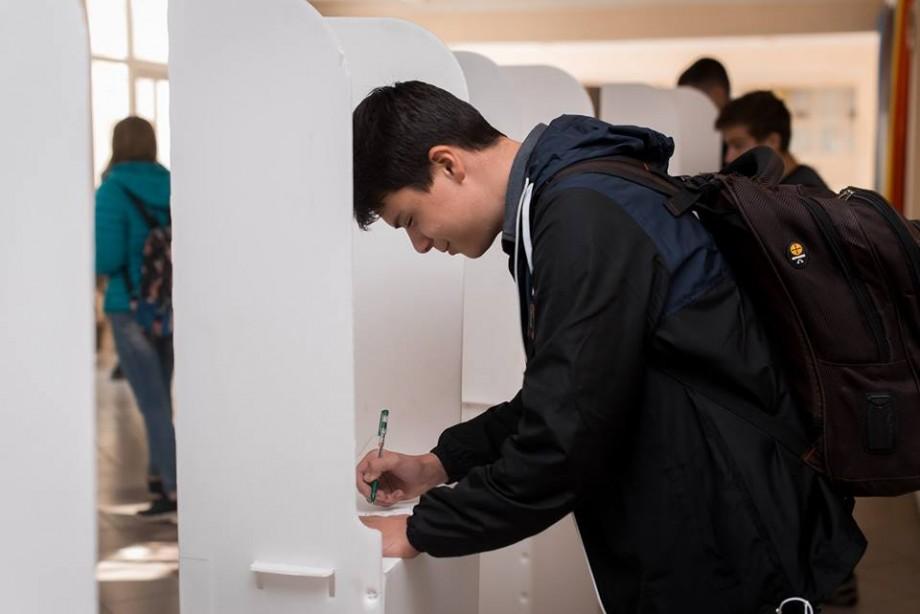 """(foto) Cum elevii de la liceul """"Boris Dânga"""" au participat la alegeri. Pe cine au ales și cum s-au descurcat"""