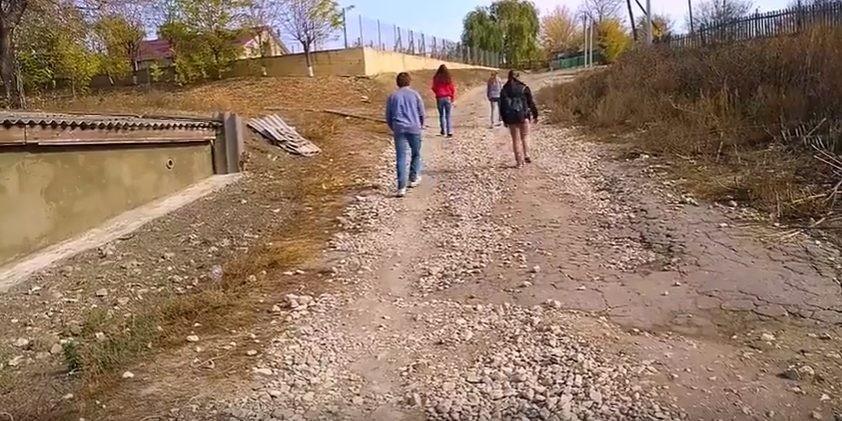 (video) Drumurile spre școală le dau bătăi de cap elevilor din satul Selemet