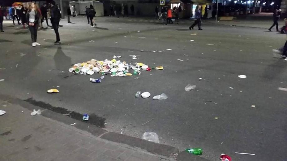 """(foto) """"E sărbătoare și răsună muzica"""". Ce mormane de gunoi au lăsat oamenii după cheful de Ziua Orașului"""