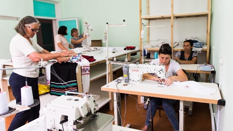 (foto) Covoare, prosoape, haine tradiționale, căciuli și opinci. În satul Pelinia a fost inaugurat Centru de artizanat