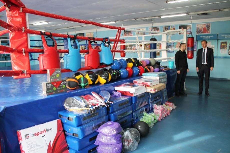 Makiwara, balansoare, mingi medicinale și haltere. Școala Sportivă Specializată de box, luptă liberă și kickboxing a primit inventar sportiv modern