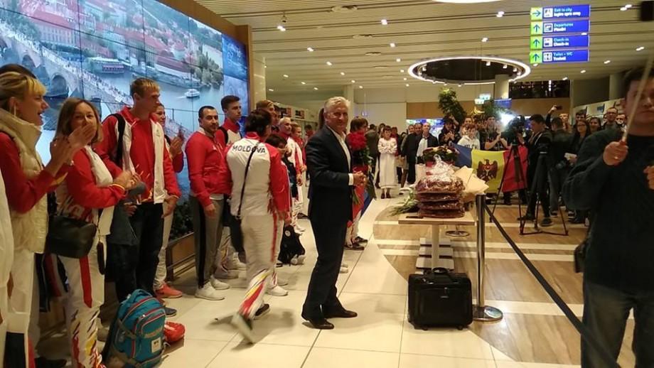 (foto, video) Întâmpinați cu aplauze și pâine cu sare. Sportivii moldoveni care au participat la Jocurile Olimpice de tineret de la Buenos Aires au revenit acasă