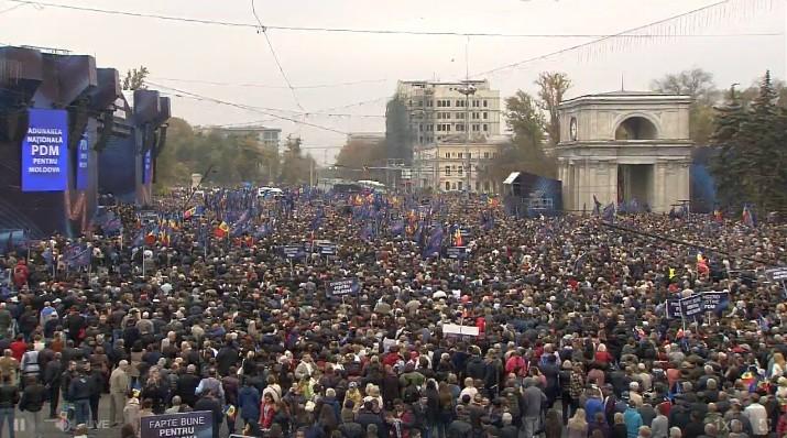 (live video) Piața Marii Adunări Naționale s-a umplut cu simpatizanți și membri PDM