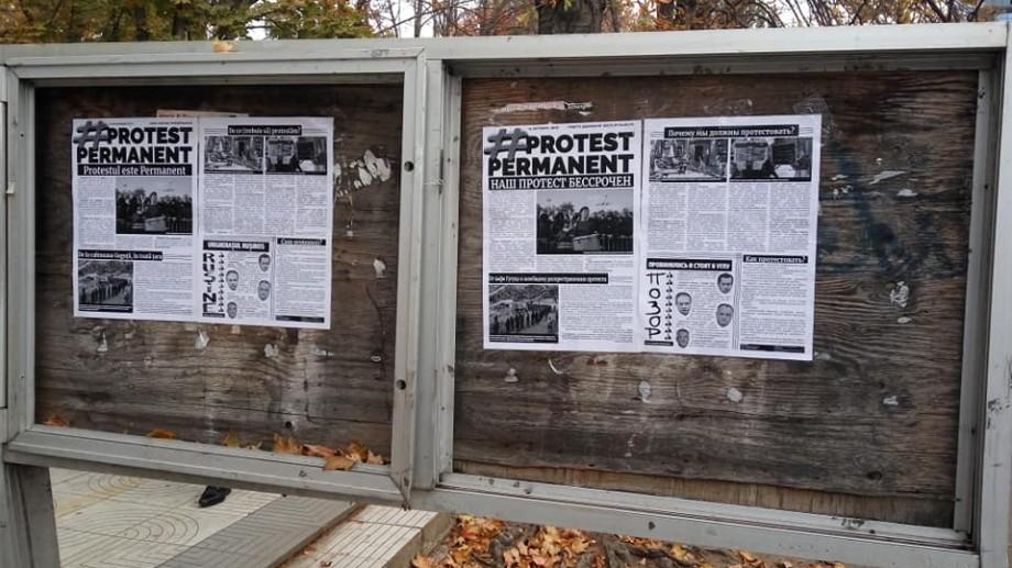 (foto) Pe panourile cu ziare de pe strada Pușkin a mai apărut o gazetă pe care chișinăuienii o pot citi
