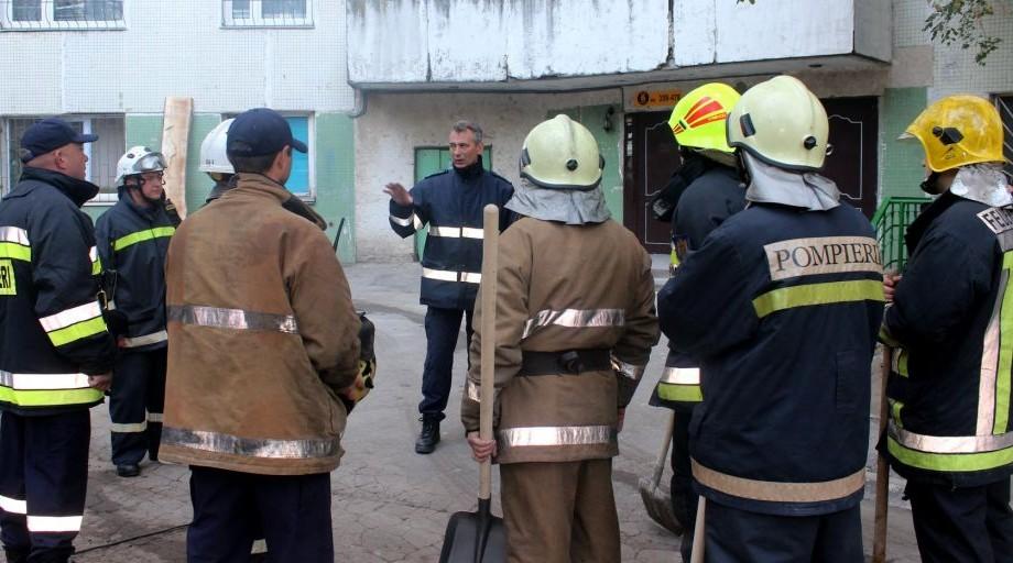 Continuă lucrările de curățare a locului exploziei din blocul de la Rîșcani. 22 de oameni rămân cazați temporar la Spitalul Feroviar