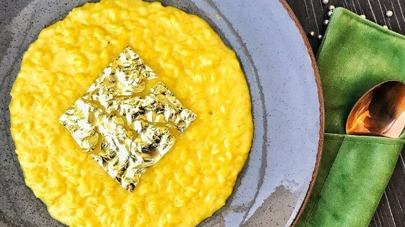 (foto) Într-un restaurant din Chișinău se vinde risotto cu foiţe de aur. Cât costă această delicatesă