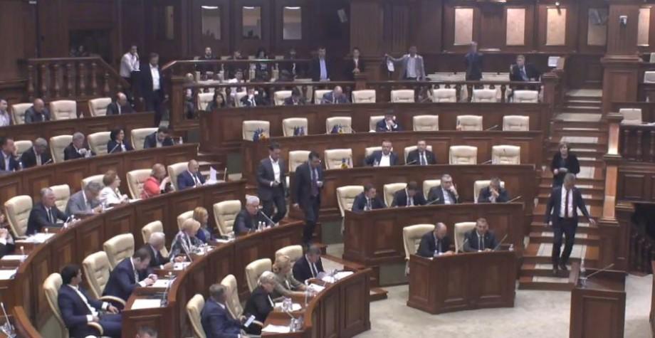 """PLDM și PL au părăsit sala Parlamentului. Sintagma """"integrare europeană"""" nu a acumulat votul necesar pentru a fi inclusă în Constituția Republicii Moldova"""