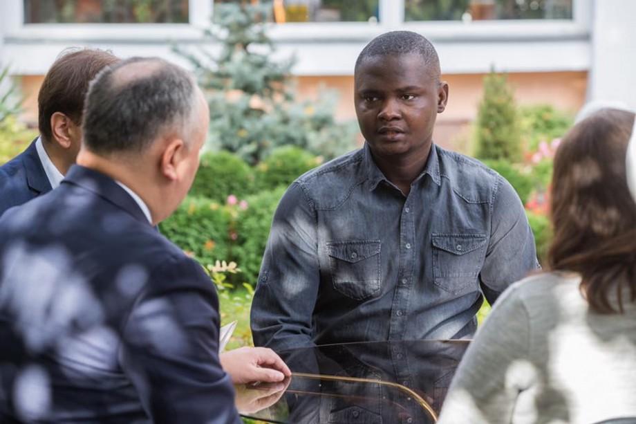 Igor Dodon i-a promis cetățenia Republicii Moldova bărbatului care și-a pierdut soția și copilul în urma deflagrației din sectorul Rîșcani