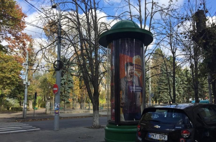 (foto) În centrul Chișinăului a apărut un panou de publicitate nou. Astfel de instalații pot fi întâlnite și în orașele europene