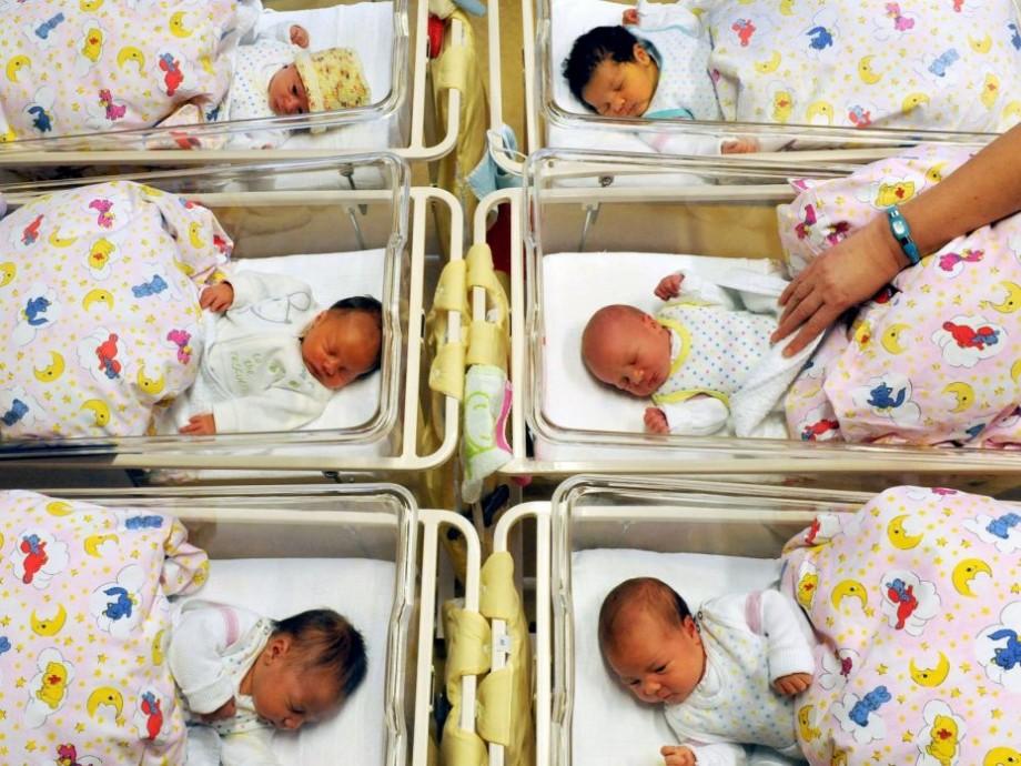 Familiile vor primi un set de bunuri în valoare de două mii de lei la nașterea copilului. Ce conține acesta