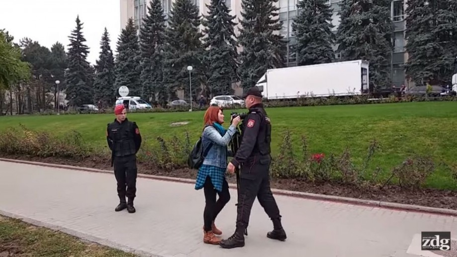 Carabinierul care a obstrucționat jurnaliștii la adunarea PDM va fi investigat de superiorii săi